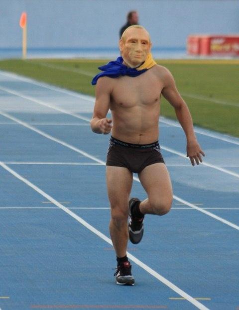 Голый спортсмен пробежал по центру парижа видео еще
